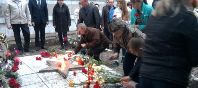 22 июня в день памяти и скорби были возложены цветы и свечи к памятнику воинской славы с.Алнаши.