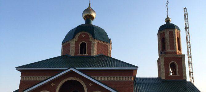В д.Нижнее Асаново Алнашского района на строящийся храм установили купол с крестом.